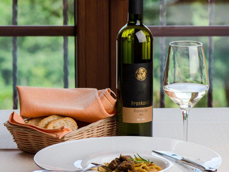 Raznovrsni specijaliteti u spoju izvrsnih okusa vina  iz vlastite proizvodnje